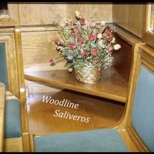 Γωνιακό τξύλινο τραπεζάκι καθιστικού για ευκολία και διακόσμηση.
