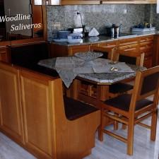 Επανδεδυμένη πλάτη καθιστικού στο σχέδιο της κουζίνας.